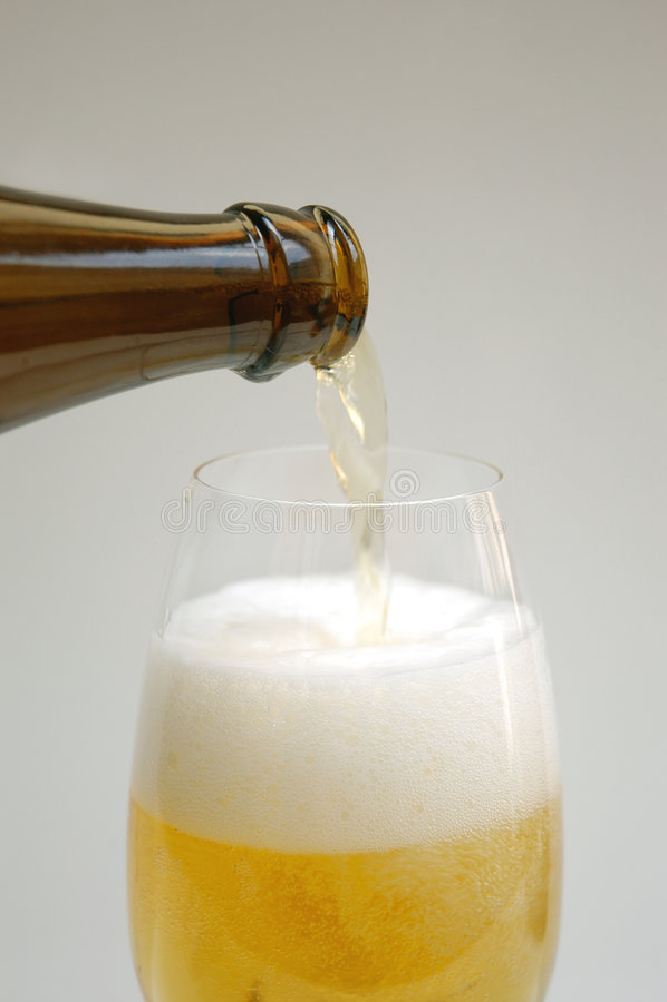 лить пива стоковое фото