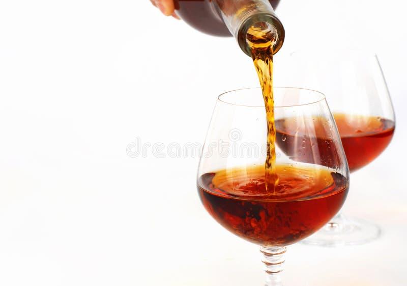 Лить роскошная рябиновка от бутылки в стекло стоковое фото rf