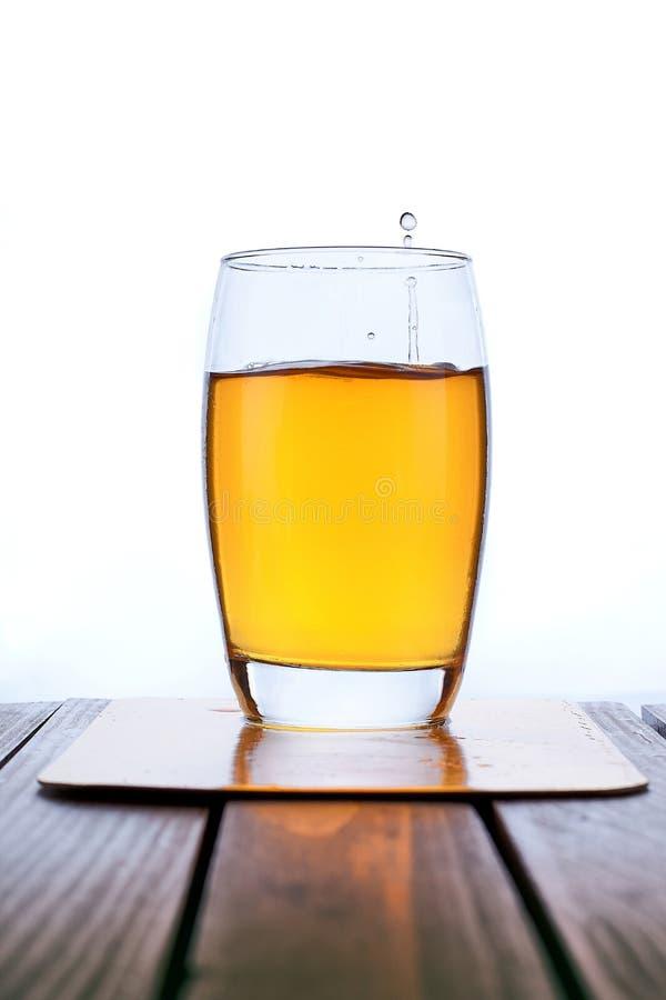 Лить свежий яблочный сок в ясное стекло стоковая фотография rf