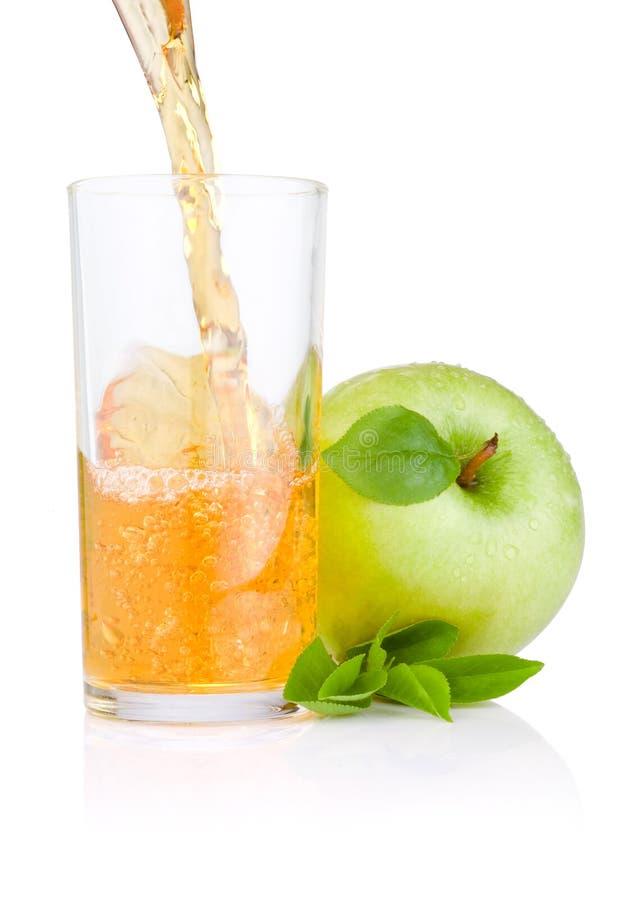 лить сока яблок яблока стеклянный зеленый стоковое изображение