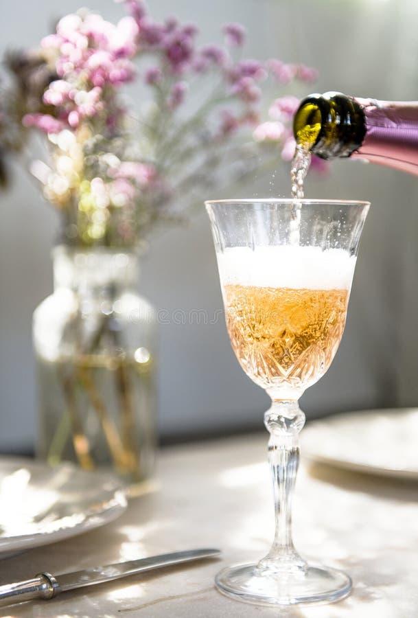 лить стекла шампанского стоковые изображения