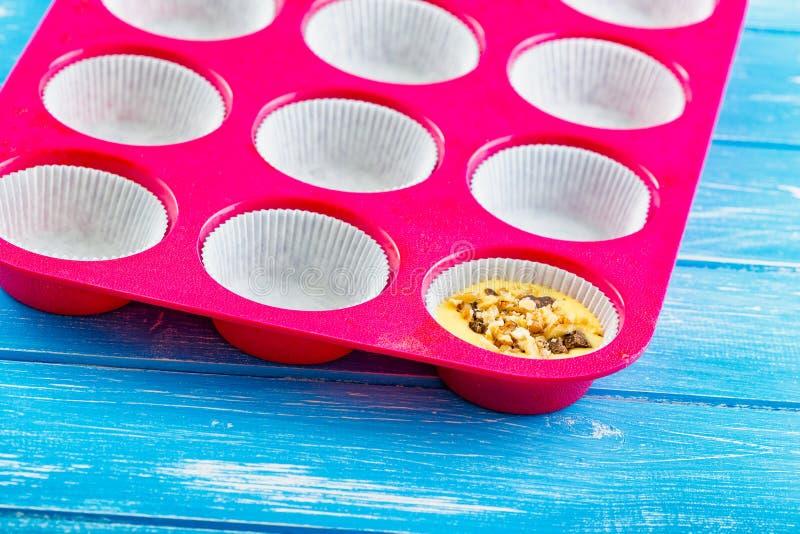 Лить торт в силикон отливает в форму стоковые изображения