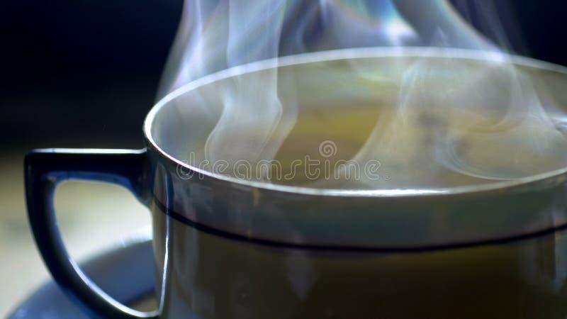 Лить чай в японскую керамическую чашку стоковые фотографии rf