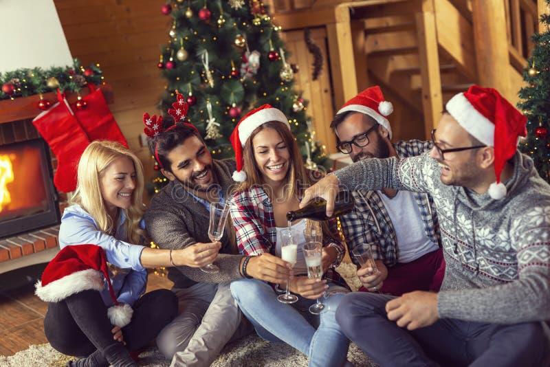 Лить шампанское на рождестве стоковое фото rf