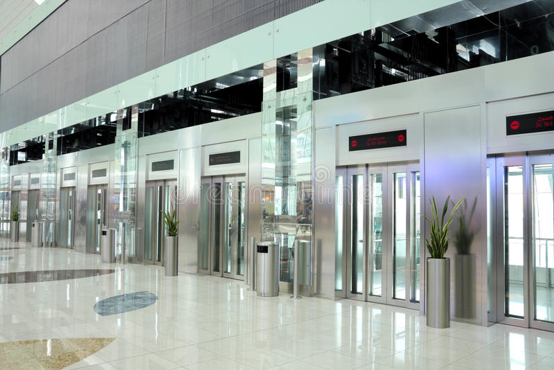 лифты Дубай авиапорта двигая такое же время стоковая фотография rf