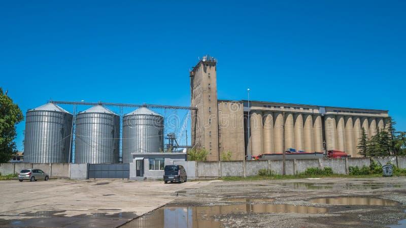 Лифты зерна мельницы и железнодорожные пути - Poti, Georgia стоковое изображение rf
