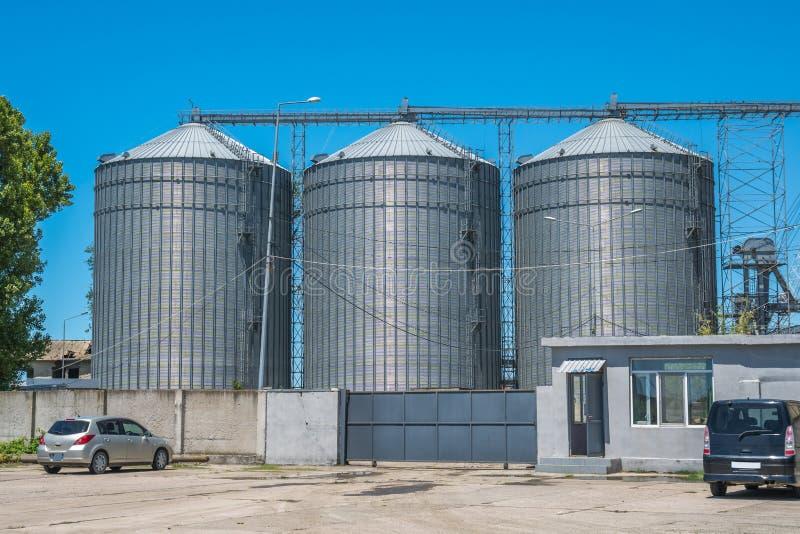 Лифты зерна мельницы и железнодорожные пути - Poti, Georgia стоковое фото rf