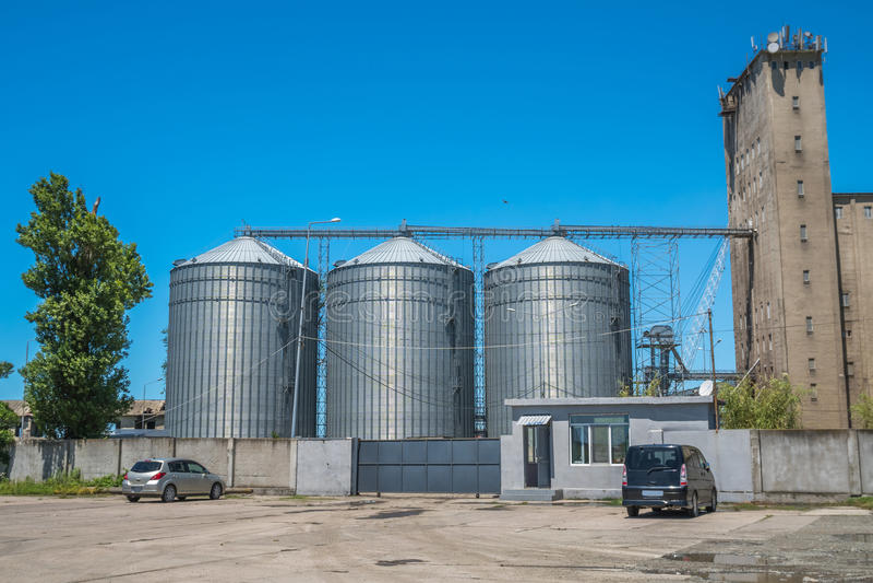 Лифты зерна мельницы и железнодорожные пути - Poti, Georgia стоковое изображение