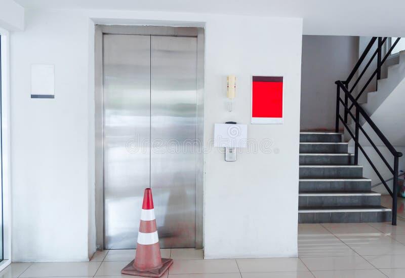 Лифт был сломленн Пожалуйста используйте лестницы стоковое фото