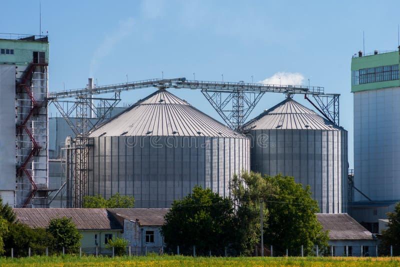 Лифт для хранения зерна Склад зерна Аграрный комплекс против голубого неба стоковое изображение