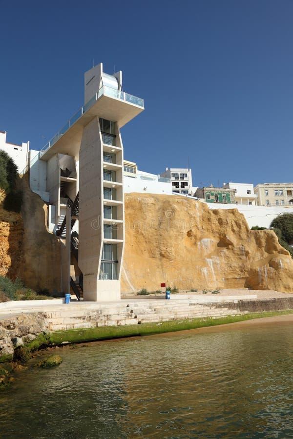 лифт пляжа albufeira к стоковые изображения