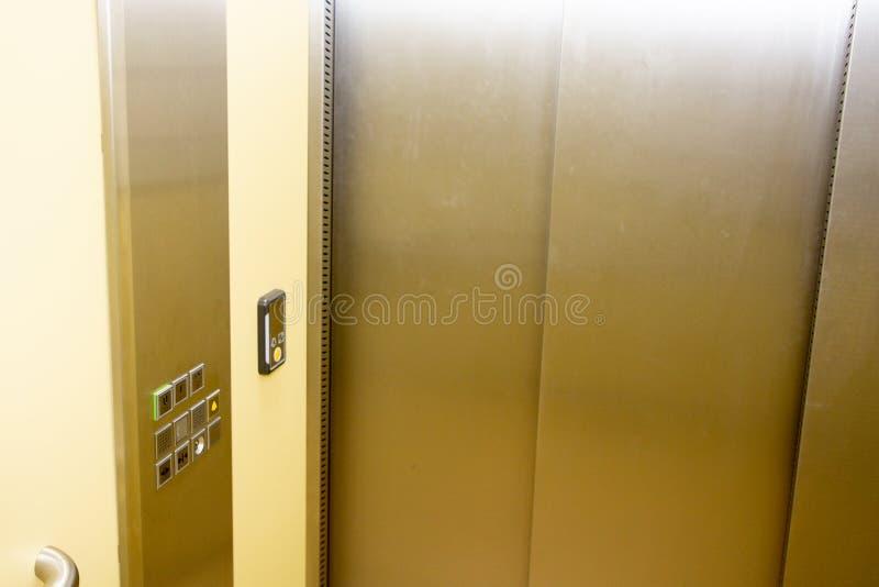 Лифт с новой и современной кабиной сделанной из яркого сплава стоковая фотография rf