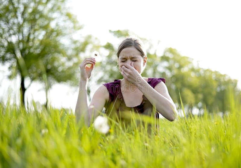 лихорадка имеет женщину сена стоковые фотографии rf