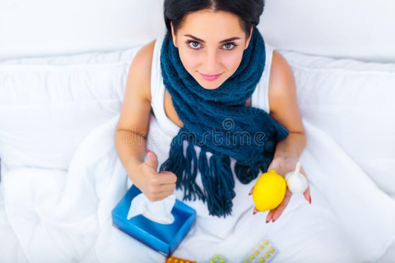 Лихорадка и холод Полученный грипп портрет красивой женщины, имеющ h стоковое изображение rf