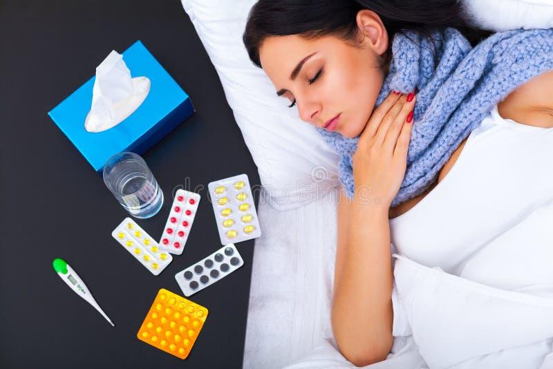 Лихорадка и холод Полученный грипп портрет красивой женщины, имеющ h стоковое фото