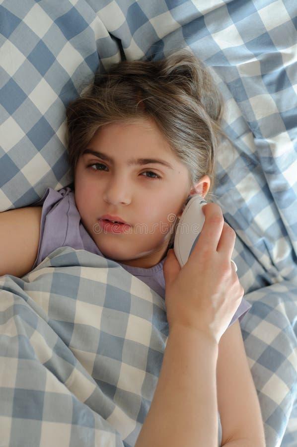 Лихорадка матери измеряя больной дочери стоковая фотография rf