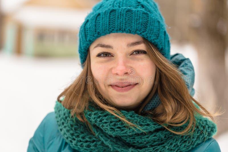 Лицевая девушка жуя на холодной зиме стоковые фотографии rf