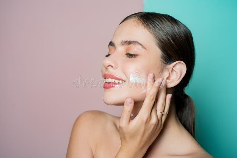 Лицевая забота для женщины Держите кожу развел регулярно moisturizing сливк водой Свежая здоровая концепция кожи Позаботиться хор стоковые изображения