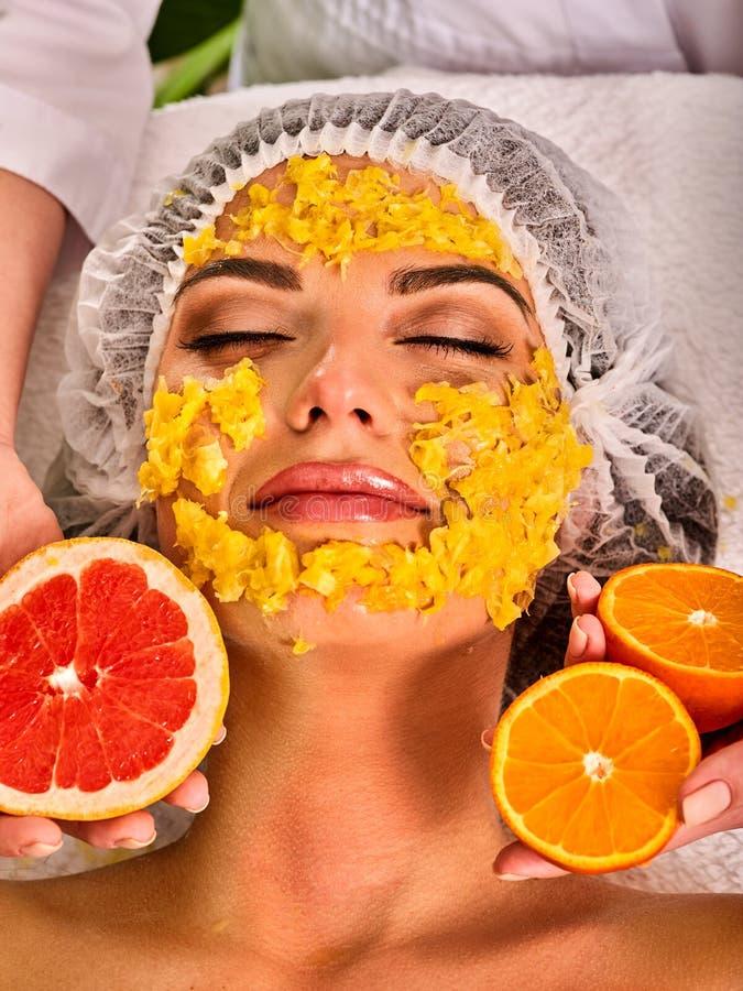 Лицевая маска от свежих фруктов для женщины Сторона девушки красивейшая стоковое фото rf