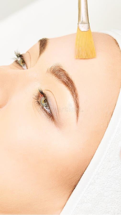 Лицевая обработка ретинола корки щетки Женщина красоты слезая процедуру Терапия маленькой девочки косметологии Hyaluronic кислота стоковое фото