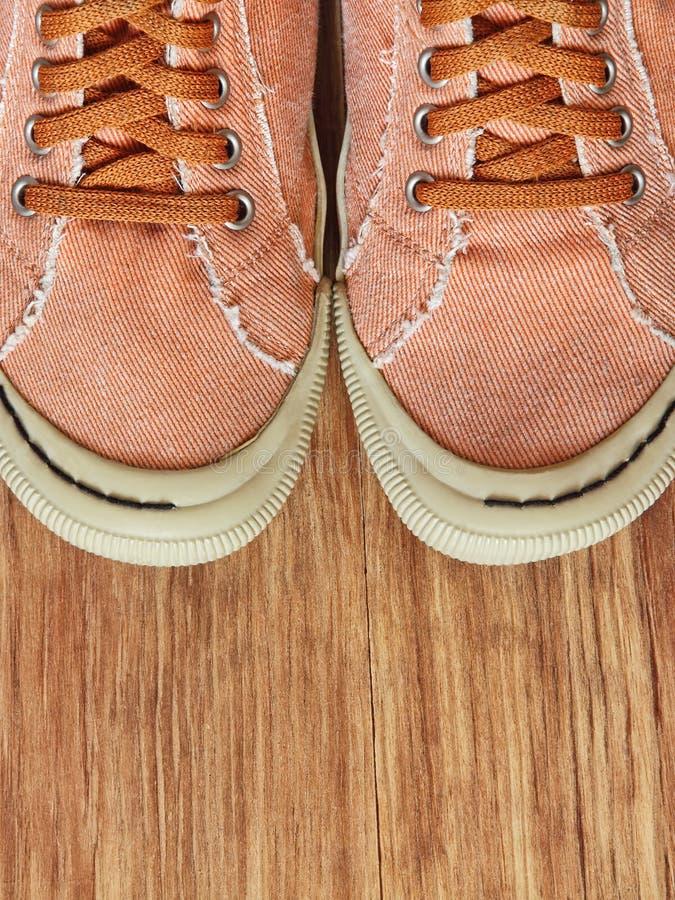 Лицевая часть ботинок спортзала на деревянной предпосылке стоковые фотографии rf