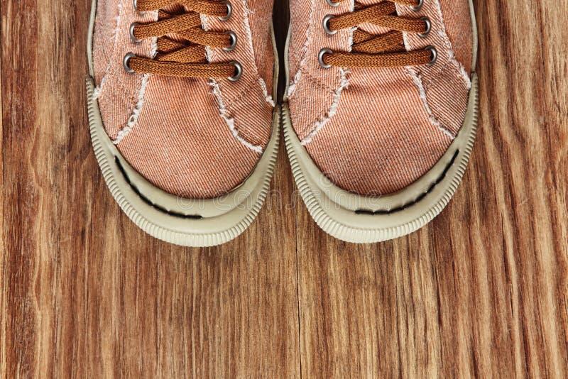 Лицевая часть ботинок спортзала на предпосылке grunge деревянной Взгляд сверху стоковое изображение rf
