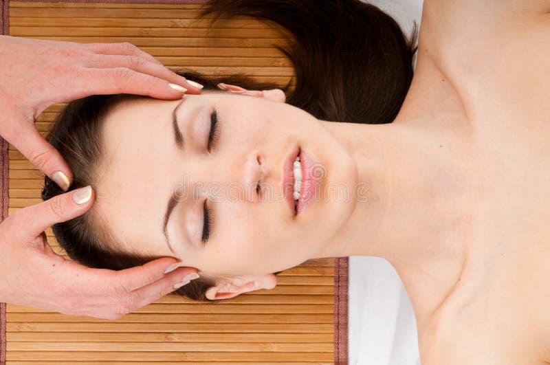 лицевой массаж получая женщину стоковые изображения