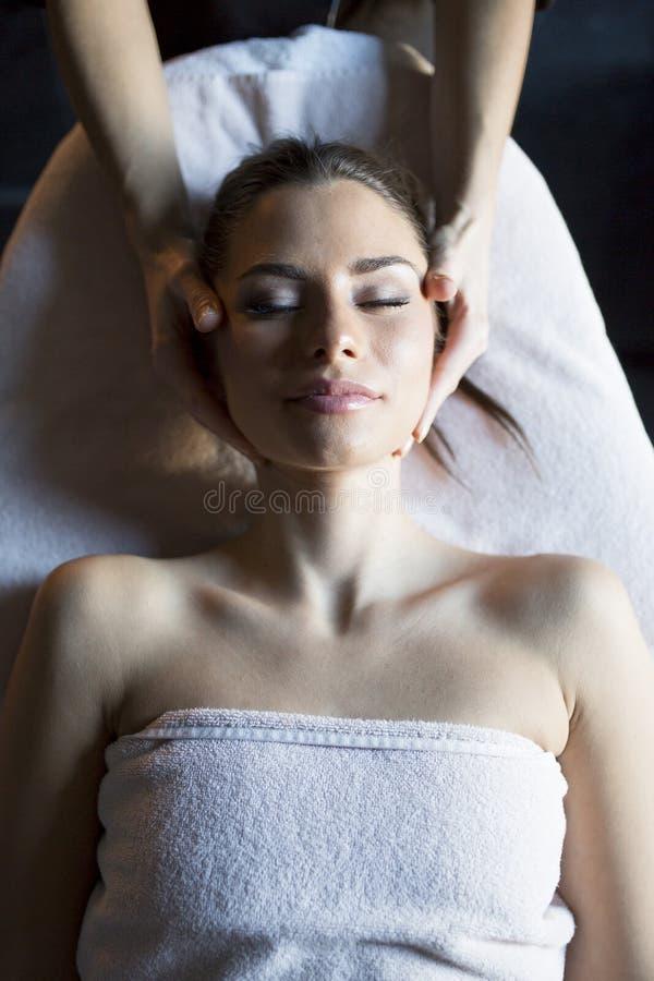 Лицевой массаж стоковые изображения