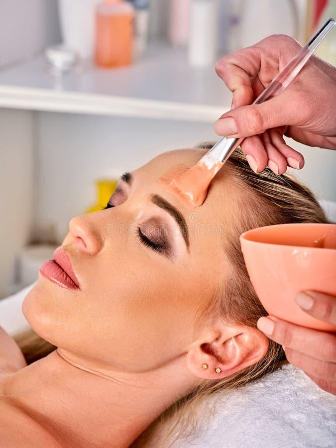 Лицевой щиток гермошлема коллагена Лицевая обработка кожи Женщина получая косметическую процедуру стоковое фото rf