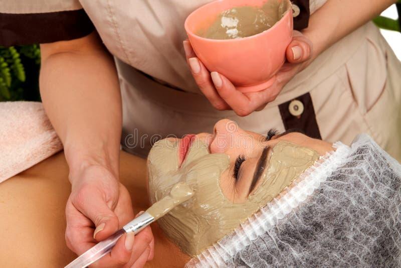 Лицевой щиток гермошлема коллагена Лицевая обработка кожи Женщина получая косметическую процедуру стоковое изображение