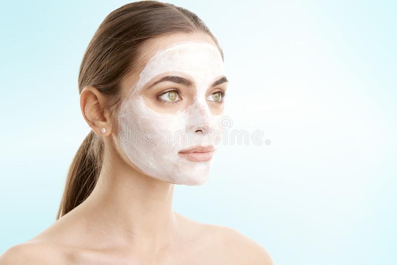 Лицевой щиток гермошлема красивой женщины нося стоковые фотографии rf