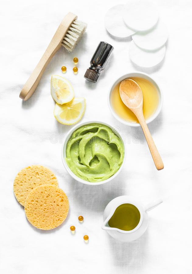 Лицевой щиток гермошлема меда и авокадоа на светлой предпосылке, взгляд сверху Красота, молодость, концепция заботы кожи стоковые изображения rf