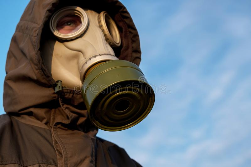 Лицевой щиток гермошлема против неба, тревожа риск загрязнения стоковые фотографии rf