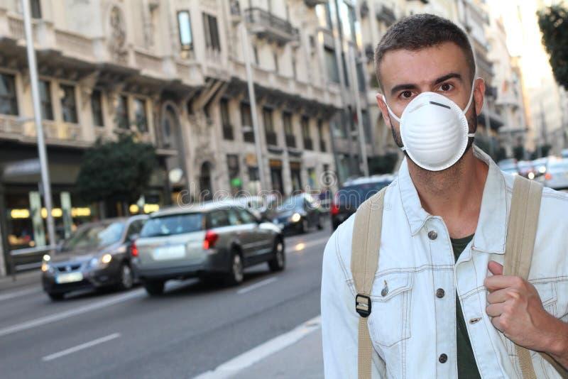 Лицевой щиток гермошлема человека нося должный к отвратительному запаху стоковое фото rf