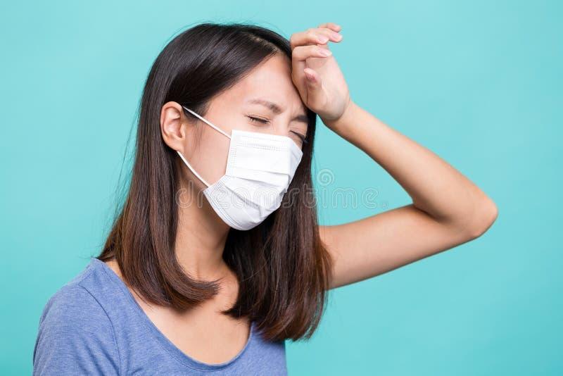 Лицевой щиток гермошлема женщины нося и страдает от головной боли стоковая фотография