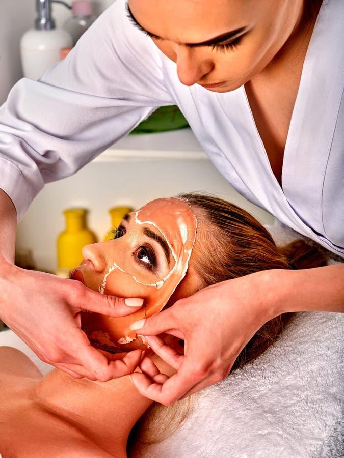 Лицевой щиток гермошлема коллагена Лицевая обработка кожи Женщина получая косметическую процедуру стоковая фотография rf