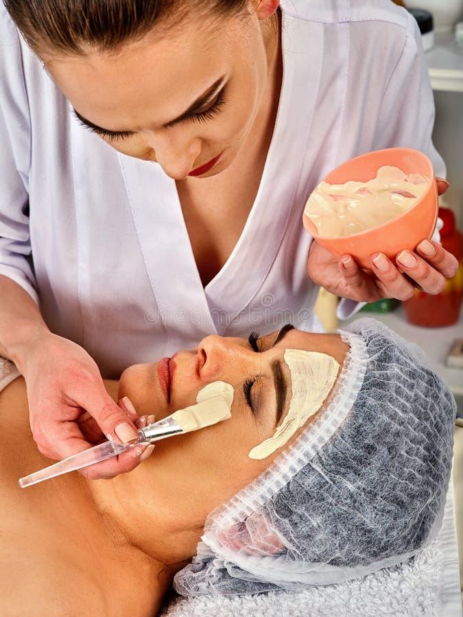 Лицевой щиток гермошлема коллагена Лицевая обработка кожи Женщина получая косметическую процедуру стоковое фото