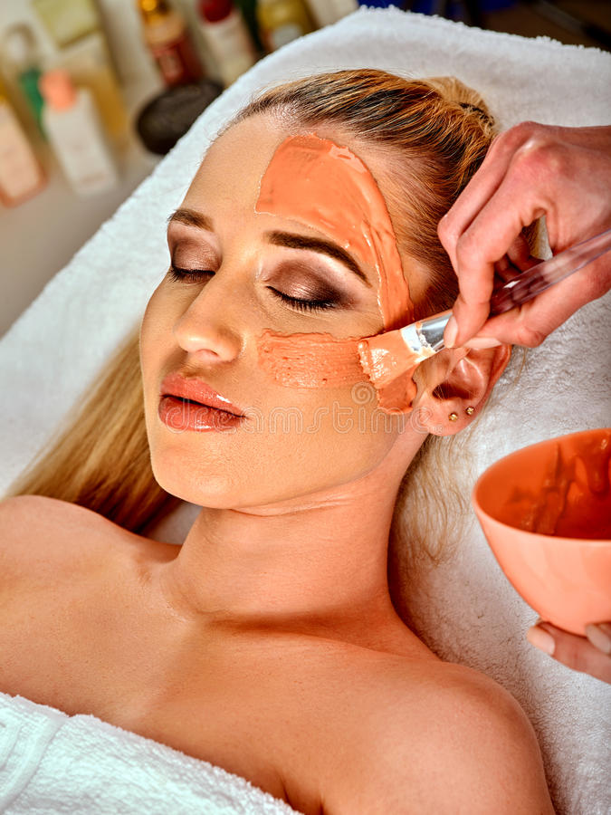 Лицевой щиток гермошлема коллагена Лицевая обработка кожи Женщина получая косметическую процедуру стоковые изображения