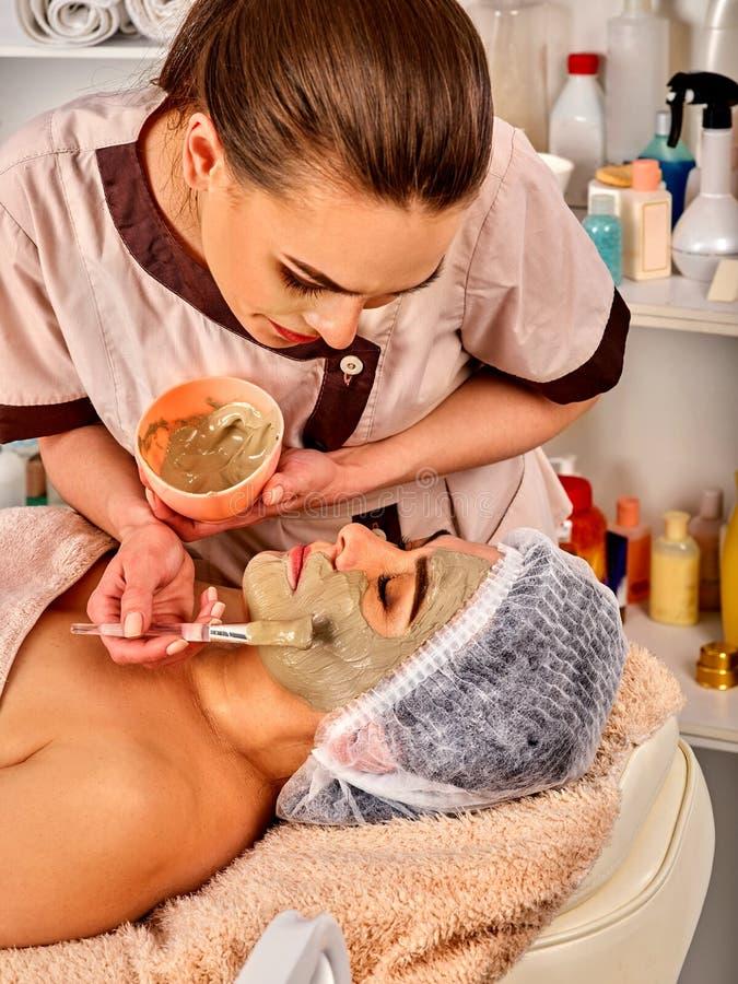Лицевой щиток гермошлема коллагена Лицевая обработка кожи Женщина получая косметическую процедуру стоковые фото