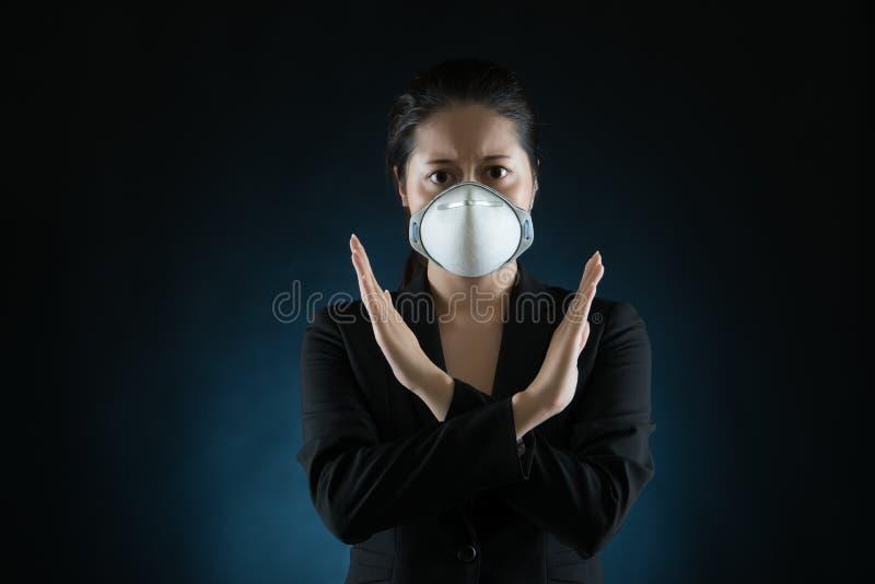 Лицевой щиток гермошлема носки женщины говорит нет стоковое фото