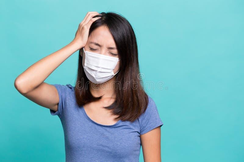 Лицевой щиток гермошлема чувства молодой женщины больной и нося стоковые изображения