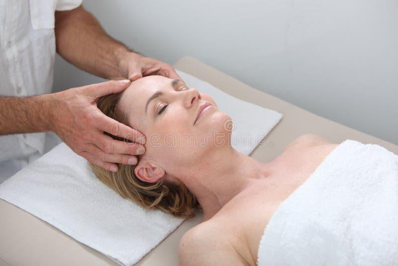 лицево имеющ женщину массажа возмужалую стоковые фото