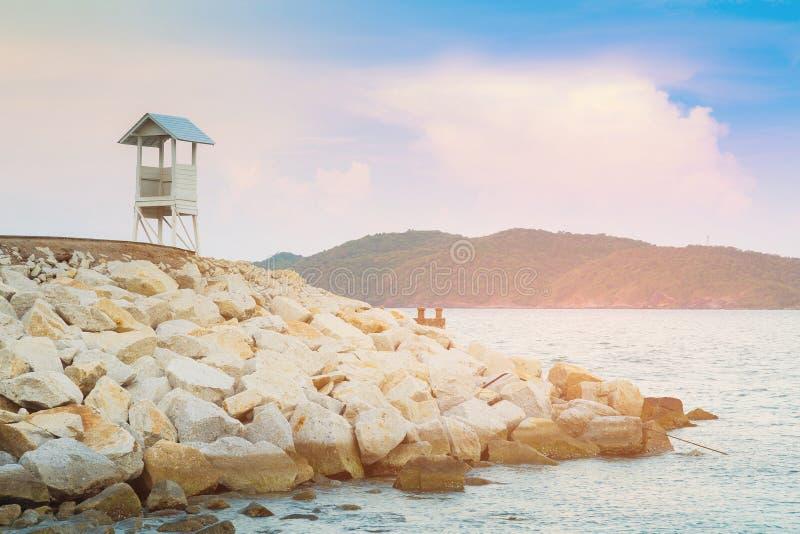 Личная охрана белой стойки наблюдая над горизонтом морского побережья стоковые изображения