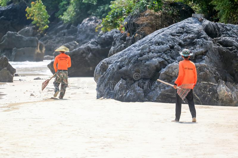 Личная охрана очищает пляжи от отхода моря морской парк на Samui стоковая фотография rf