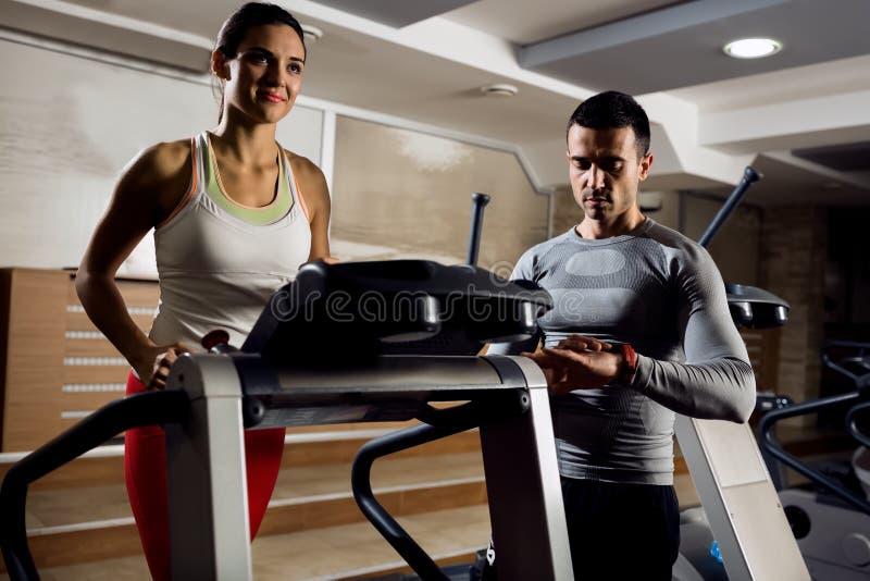 Личная тренировка тренера с его клиентом стоковая фотография rf