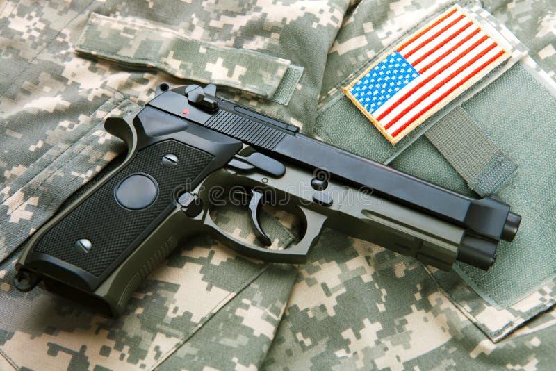 Личное огнестрельное оружие над формой припоя - близкой вверх по съемке студии стоковое изображение