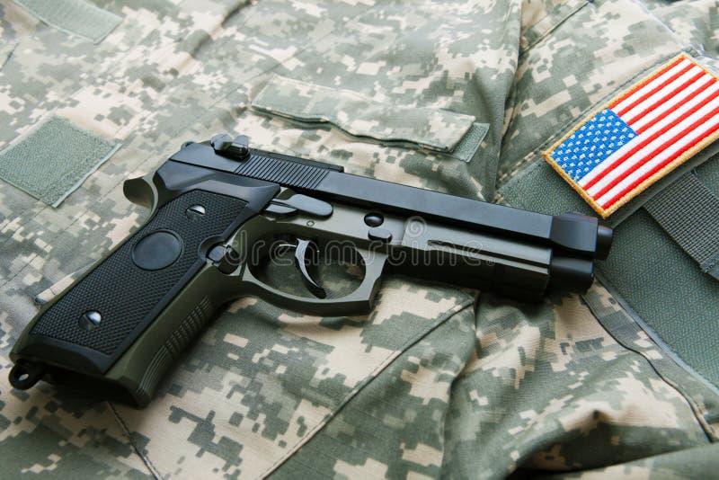 Личное огнестрельное оружие над формой ` s припоя - близкой поднимающей вверх съемкой стоковое фото