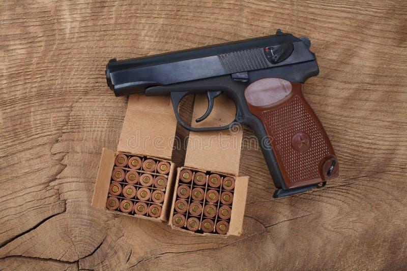 личное огнестрельное оружие русского 9mm с боеприпасами стоковые изображения