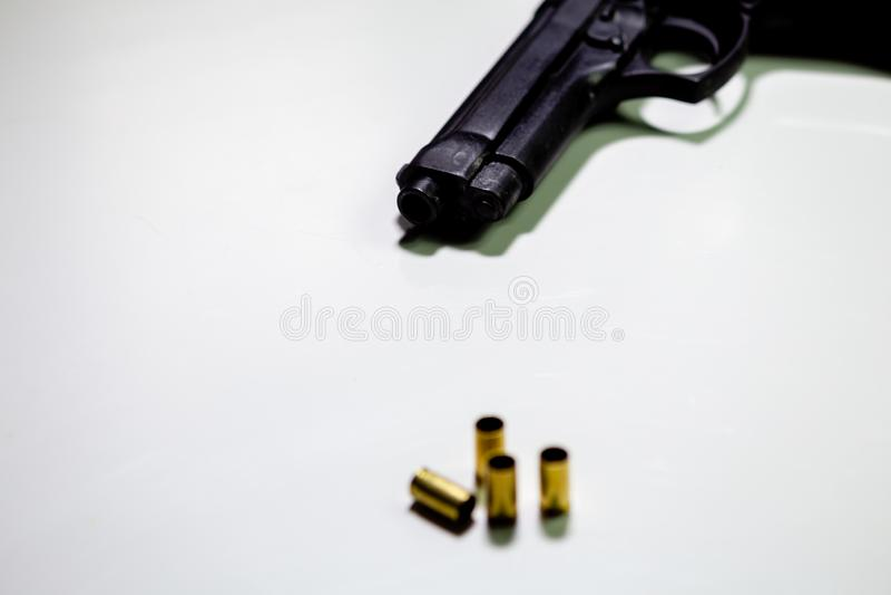 Личное огнестрельное оружие с кожухами раковины 9mm на белой таблице стоковое фото rf