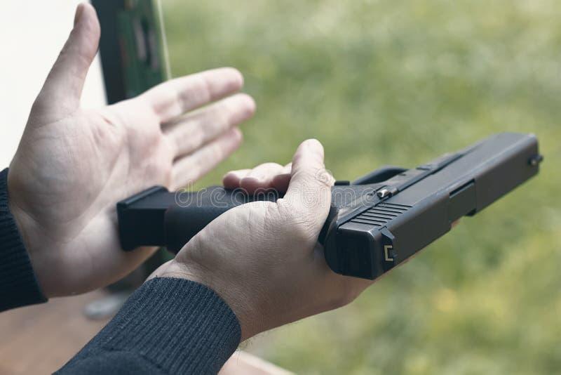 Личное огнестрельное оружие загрузки Перезаряжая личное огнестрельное оружие стоковое изображение